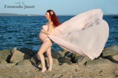 Babybauch am Strand